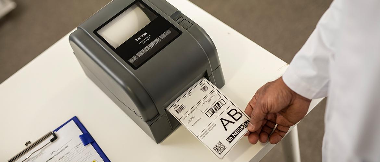 Etikettendrucker druckt Etikett mit Barcodes und Informationen zu Blutgruppen aus.