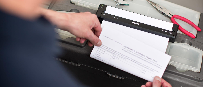 Mobiler Drucker, bedient von technischem Mitarbeiter