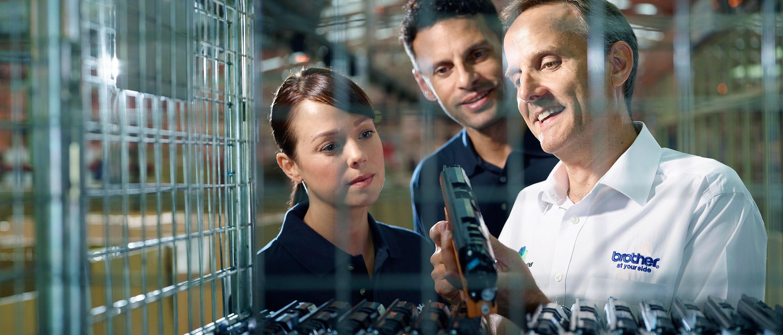 Brother-Mitarbeiter hält während Qualitätskontrolle einen Toner in der Hand