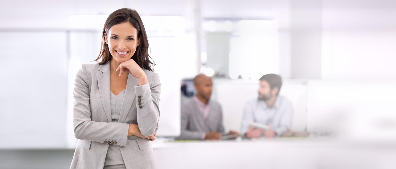 Geschäftsfrau, lächelnd in Office-Umgebung