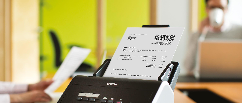 Brother Scanner ADS-2400N auf Schreibtisch, Dokument mit Barcode im Einzug