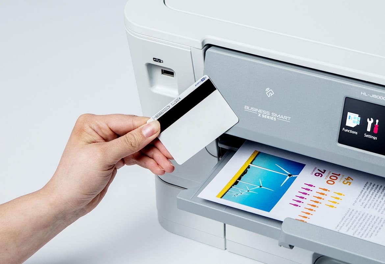 Hand hält NFC Kartenleser an Brother Tintenstrahldrucker