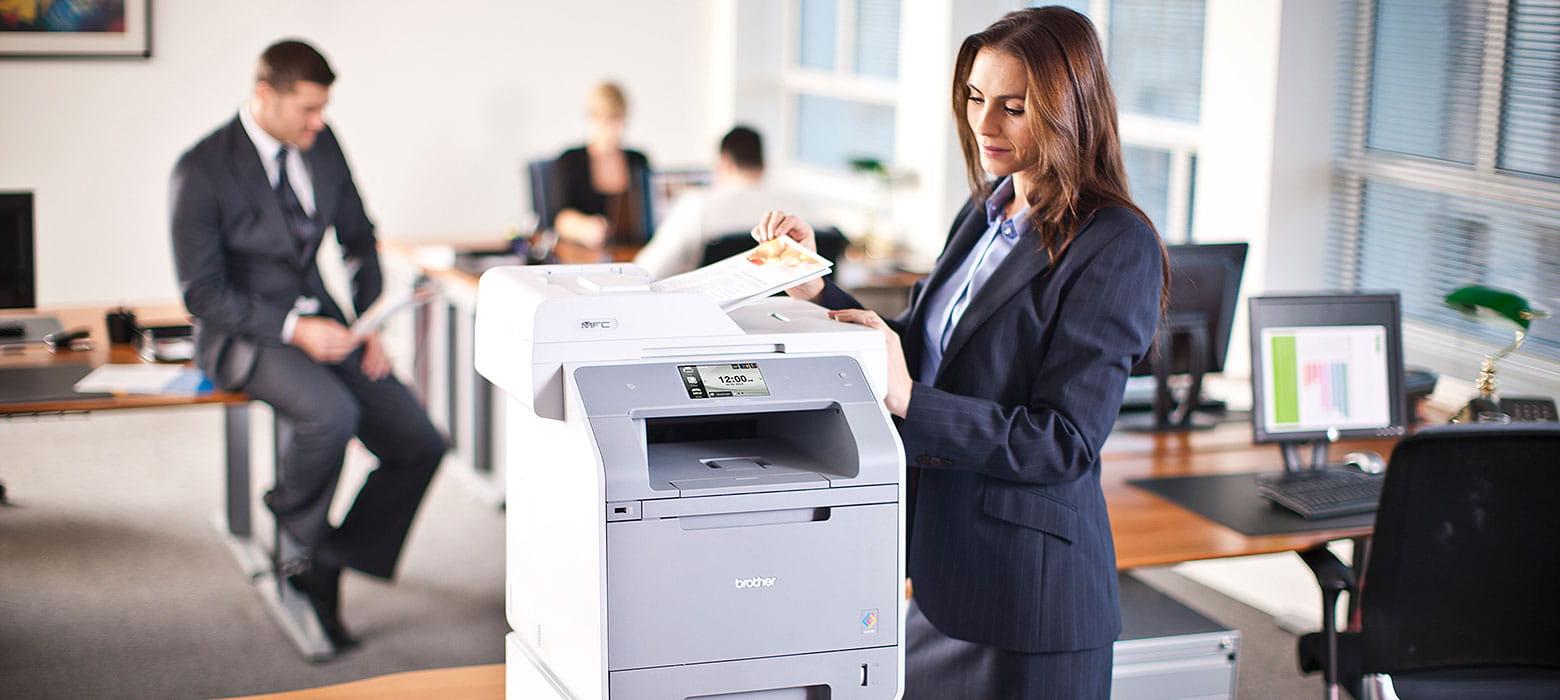 Kolleging druckt ihre Dokumente an einem Brother Drucker