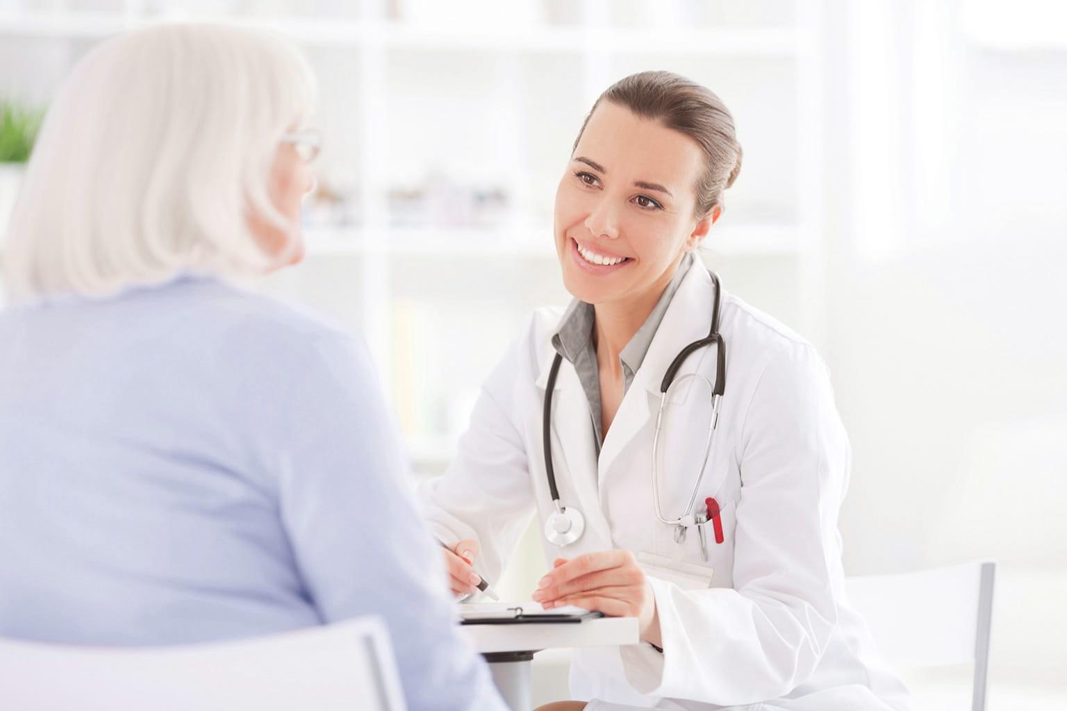 Ärztin bespricht sich mit Patientin