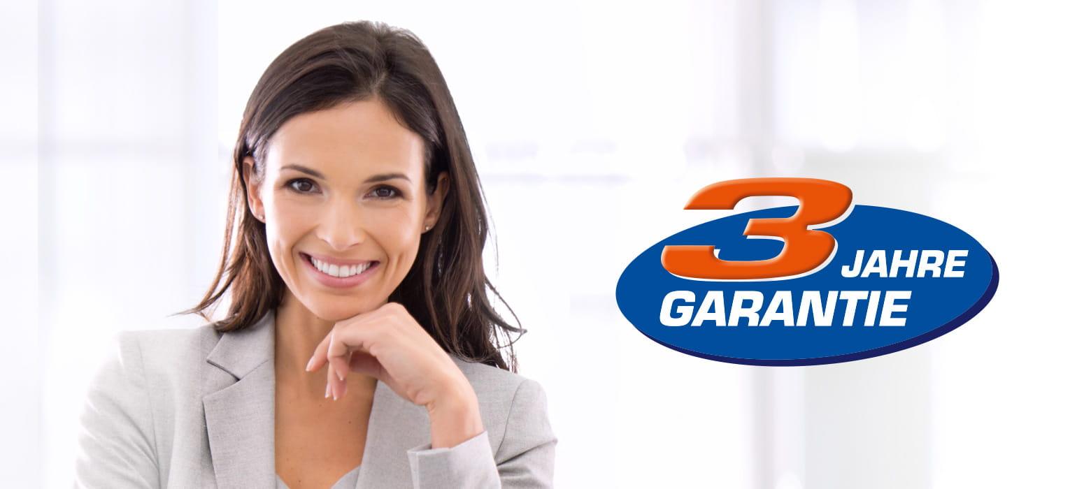 Frau, lächelnd in Geschäftskleidung neben 3-Jahre-Garantie Logo