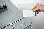 HL-L6400DWTT mit integriertem NFC-Kartenleser