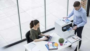 Schreibtisch mit Brother Multifunktionsdrucker
