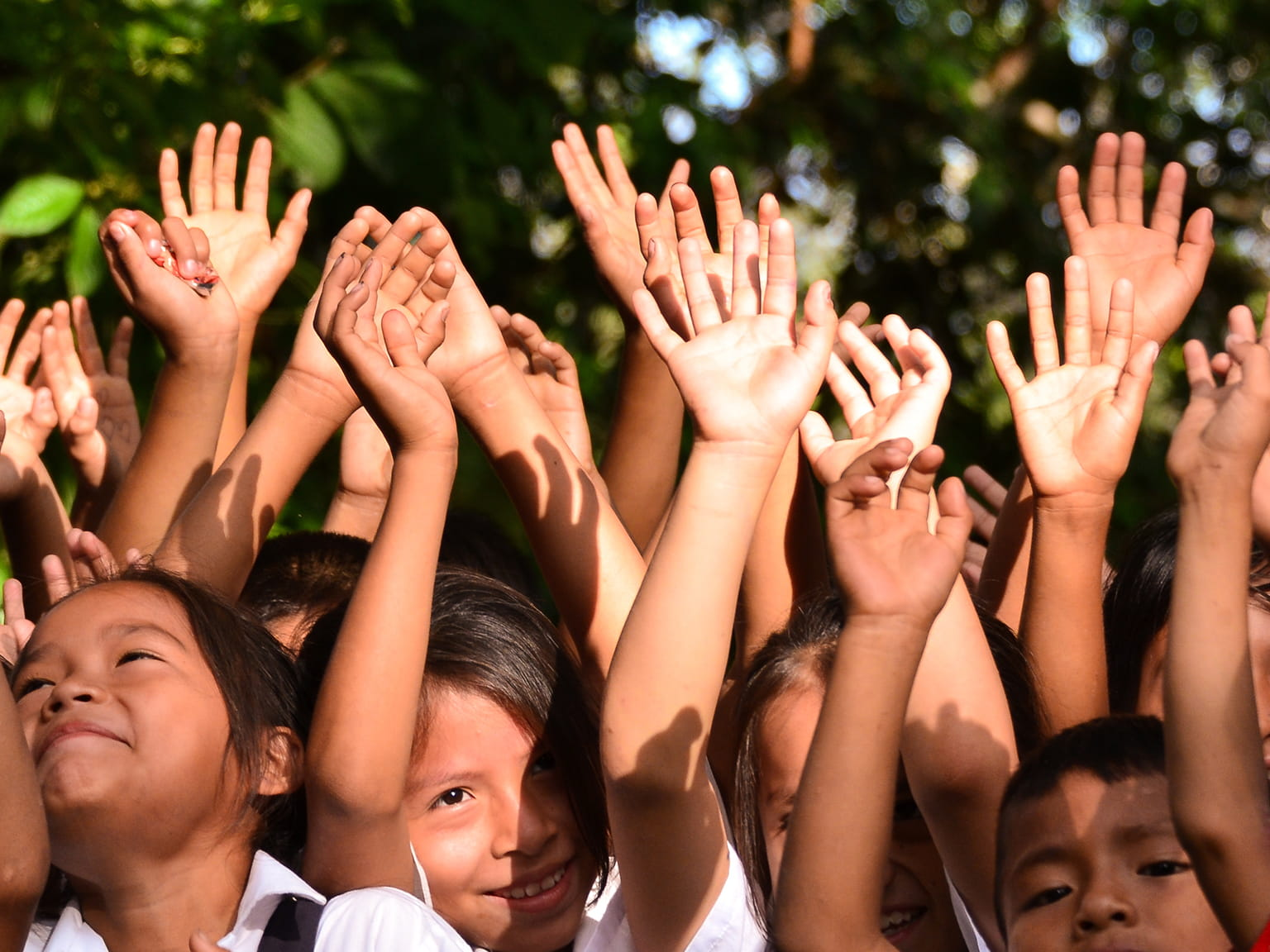 Jubelnde und glücklich Kinder